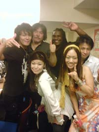 Pierre Andre(Sax),川上真樹(Vo),平井光一(Gt),シータ(Cho),RIKO(Cho),伊勢賢治(Vo,Sax)