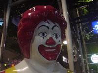 カオサン通りのマクドナルドのドナルドの顔アップ