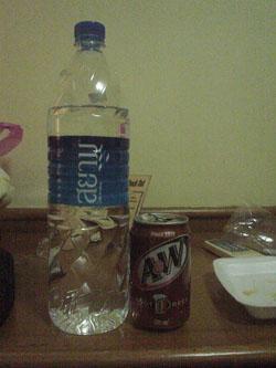 タイのスーパーで購入したRootBeerと水