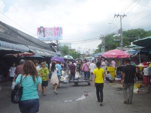 タイのチャットチャック・マーケットの外。