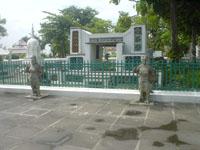 ワット・アルン入り口横の石像