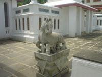 ワット・アルンの石像や仏像の山々1