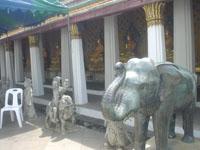 ワット・アルンの石像や仏像の山々4