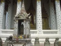 ワット・アルンの石像や仏像の山々5