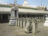 ワット・アルンの石像や仏像の山々6