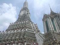 ワット・アルンの巨大な仏塔