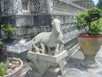 ワット・アルンの仏塔のふもとの石像