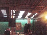 猫が壊したトタン屋根の穴