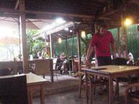 昼間の宿の食堂1