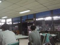 大衆食堂の食卓近辺
